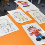 Desenhos coloridos de crianças de braços abertos