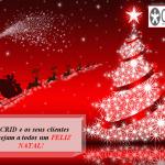 Fundo vermelho com céu estrelado com o pai natal e as renas a preto . Árvore de natal iluminada. No canto inferior esquerdo o crid e os seus clientes desejam a todos um feliz natal. No canto superior direito o logótipo do CRID.