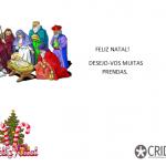 Presépio em cima no lado esquerdo. No lado direito: Feliz Natal Desejo-vos muitas prendas.  Em baixo, um pinheiro de natal e o logótipo do CRID.