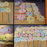 Flores feitas de papel com caule de palhinha de várias cores